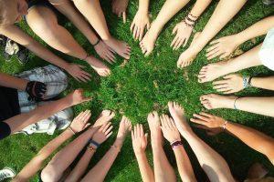 De wantrouwende en tolererende aspecten van onze groepsnatuur
