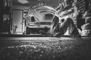 Hoe vaak moet je auto op onderhoud